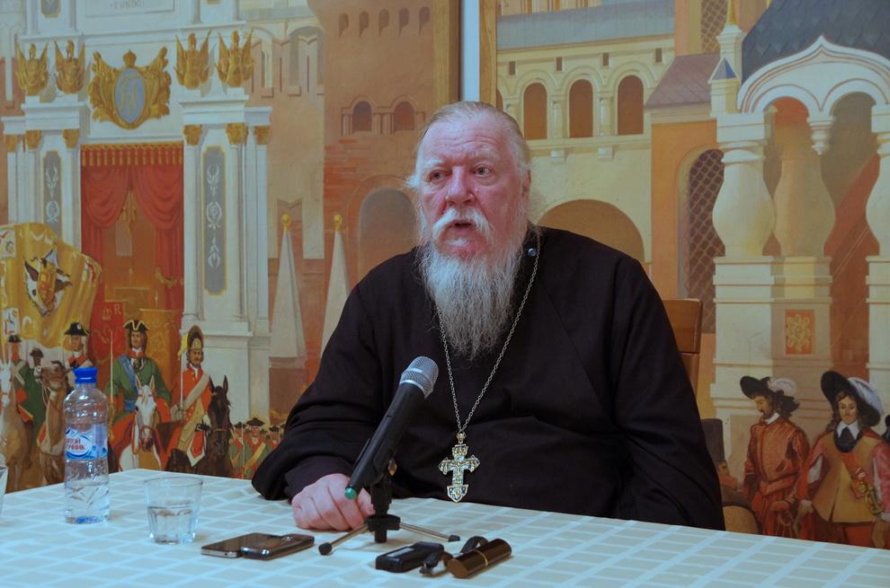 Глава патриаршей комиссии призвал жен учиться управлять придирчивыми мужьями